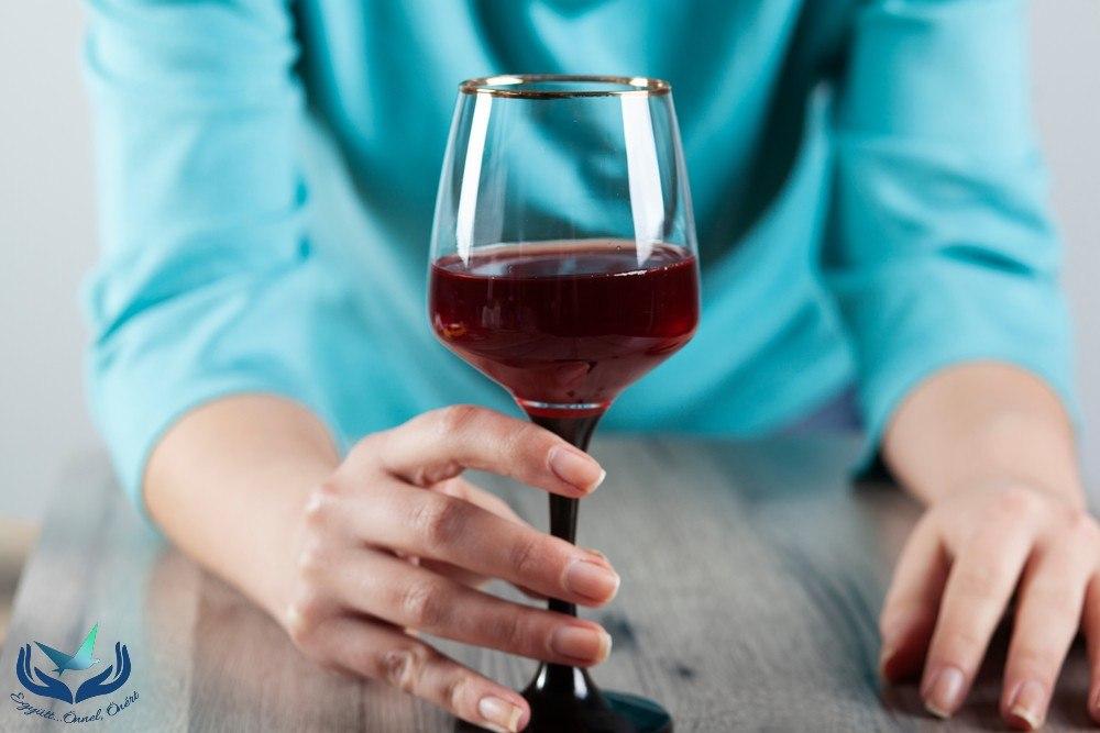 Milyen tényezők játszanak szerepet az alkoholizmus kialakulásában?